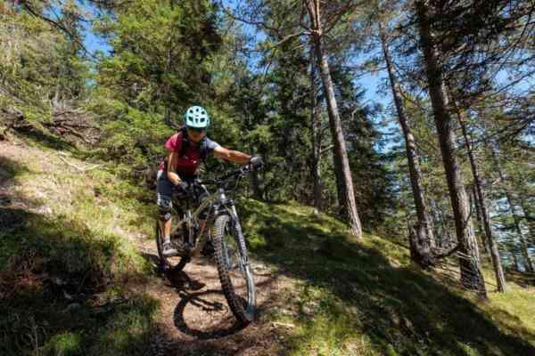 Bikerin in Spitzkehre