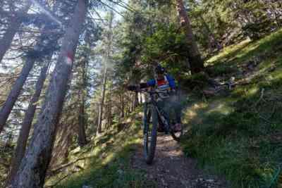 Mountainbiker in Spitzkehre