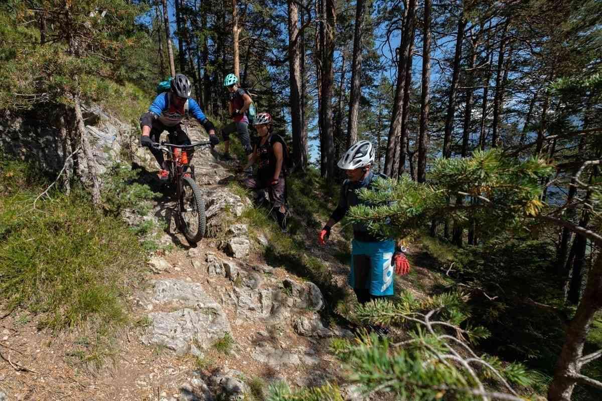 Biker fährt schwierige Stelle