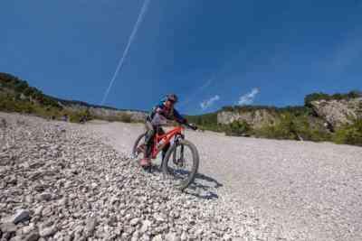 Schotterfeld mit dem Mountainbike