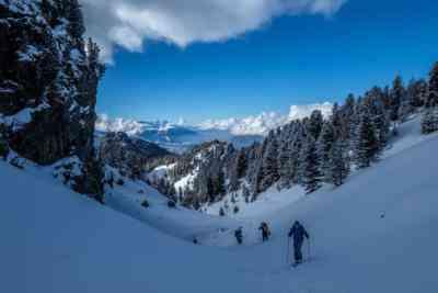 Tourengeher in verschneiter Landschaft