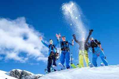 Skifahrer werfen Schnee hoch