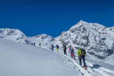 Skitourengruppe im Anstieg