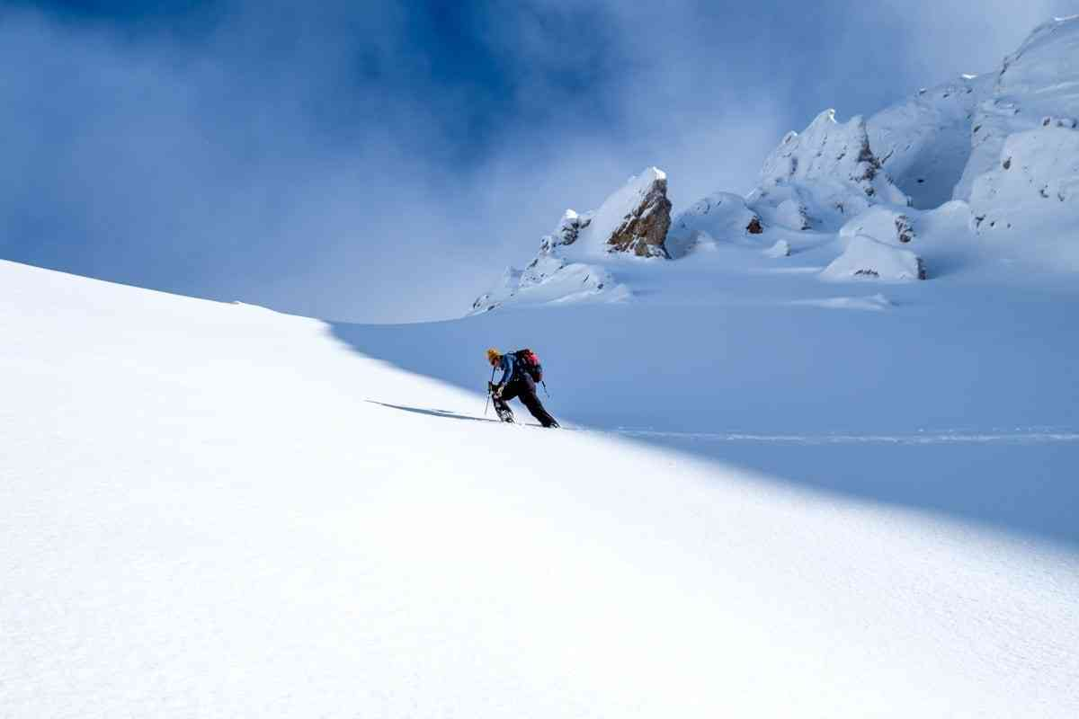 Skitourengeher spurt tief