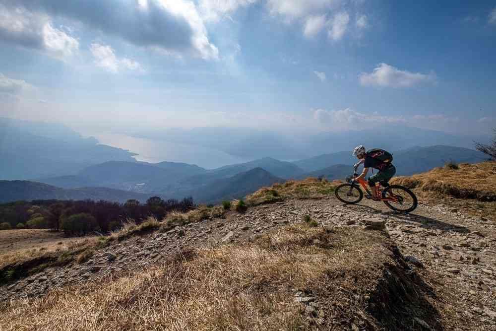 Singletrail über dem Lago Maggiore