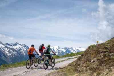 E-Biker am Forstweg