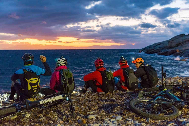 Sonnenuntergang am Meer mit Bikern