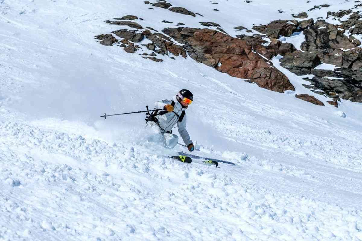 Skifahrerin genießt den Schnee