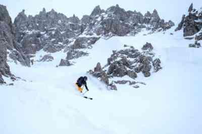 Alpine Abfahrt bei schlechter Sicht