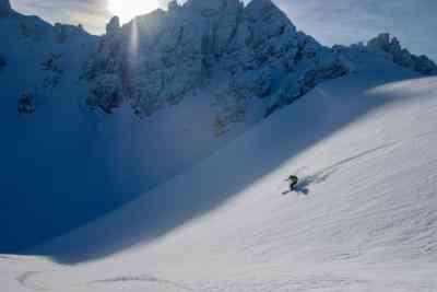 Skifahrer im Morgenlicht