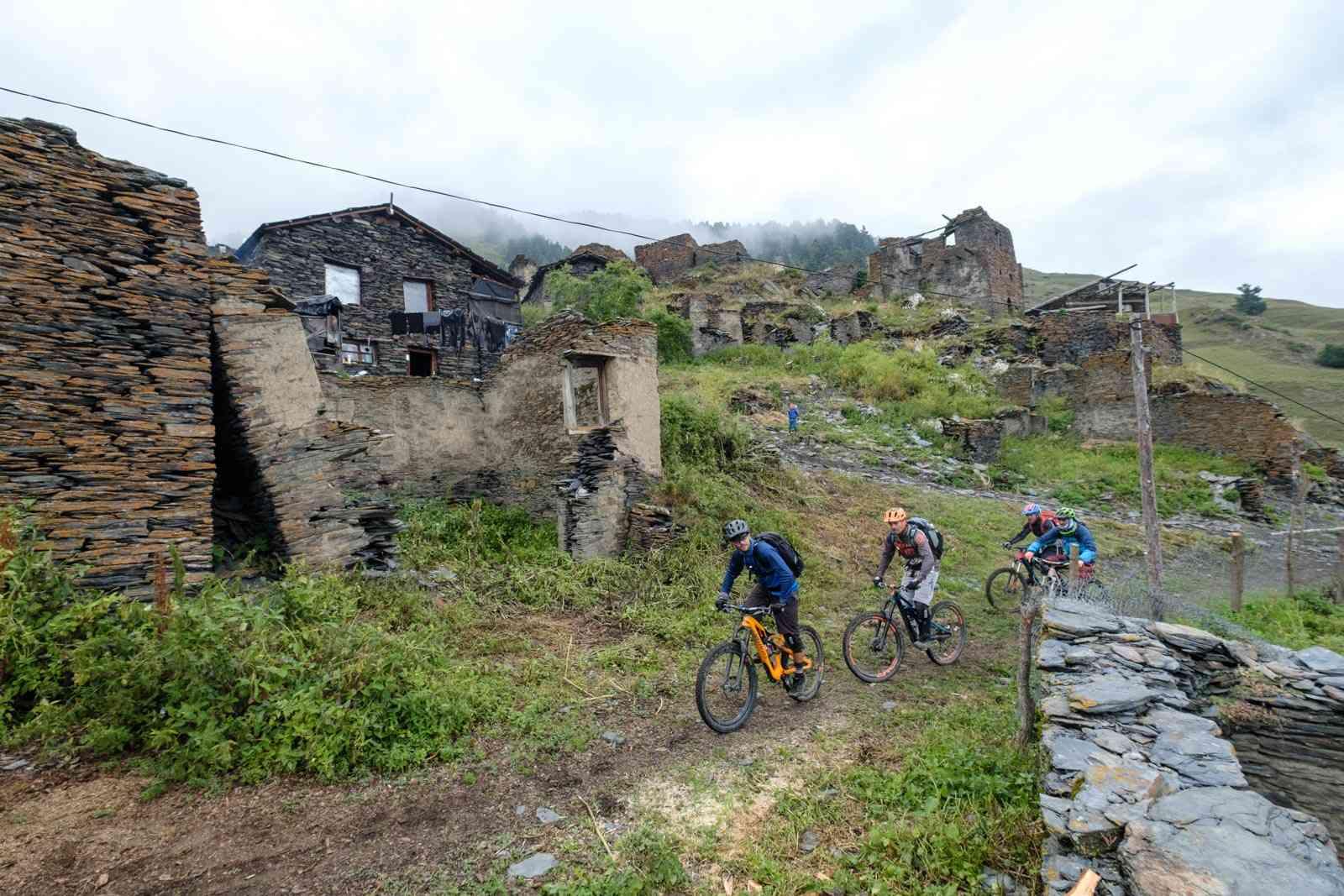 Alte verfallene Dörfer in Georgien
