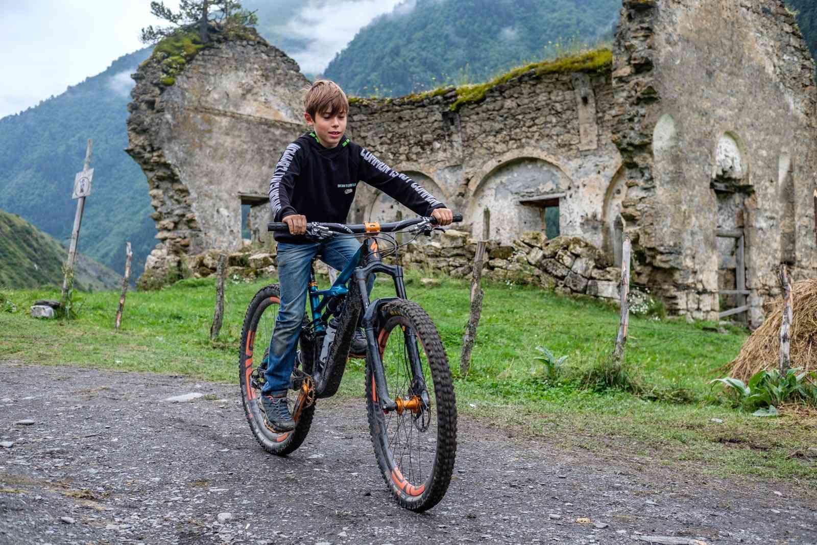 Georgische Kinder auf unseren Bikes